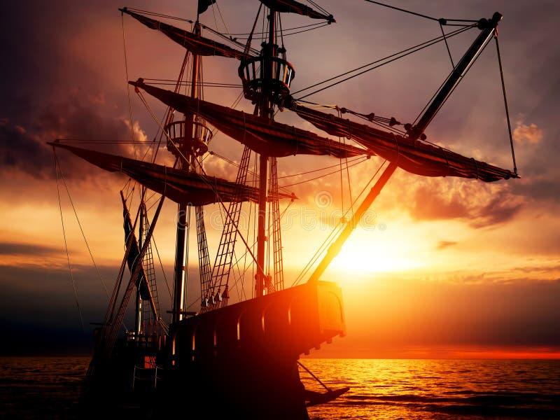 Stary antyczny pirata statek na pokojowym oceanie przy zmierzchem obraz royalty free