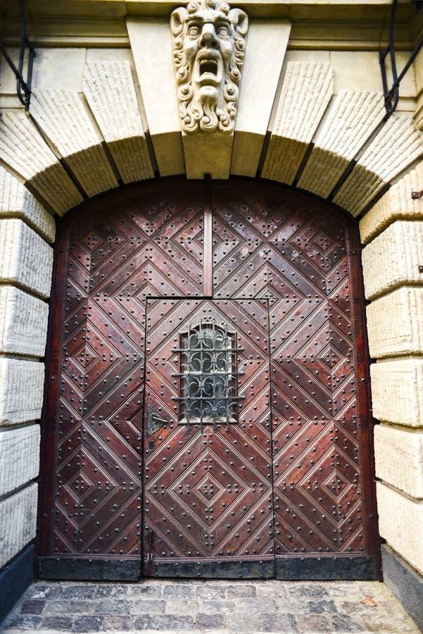 Stary antykwarski drewniany drzwi od poprzedzającej ery zdjęcia royalty free