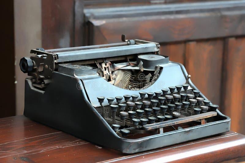 Stary antykwarski ośniedziały maszyna do pisania obraz stock