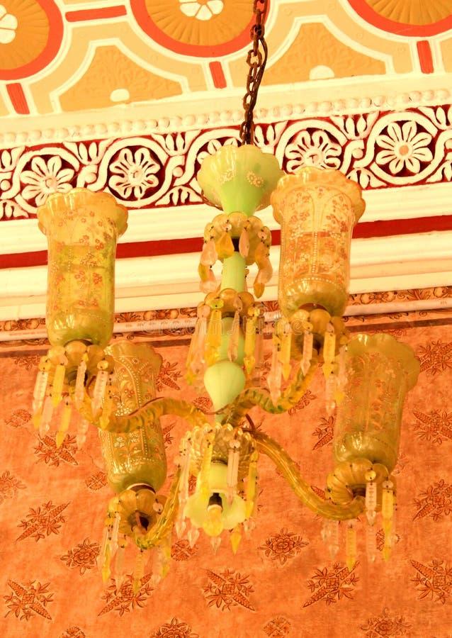 Stary antykwarski ornamentacyjny lampowy ustawiający w pałac Bangalore zdjęcie stock
