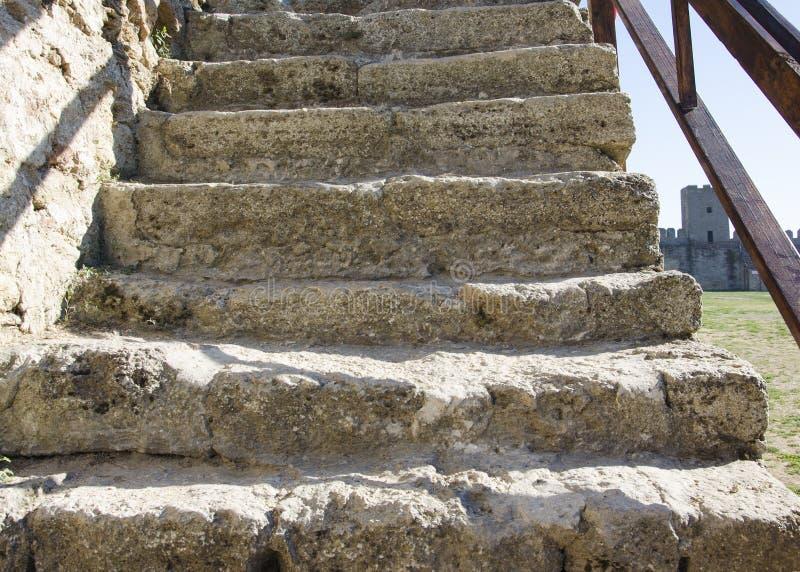 Stary antykwarski schody w fortecy w ulicie na słonecznym dniu fotografia royalty free