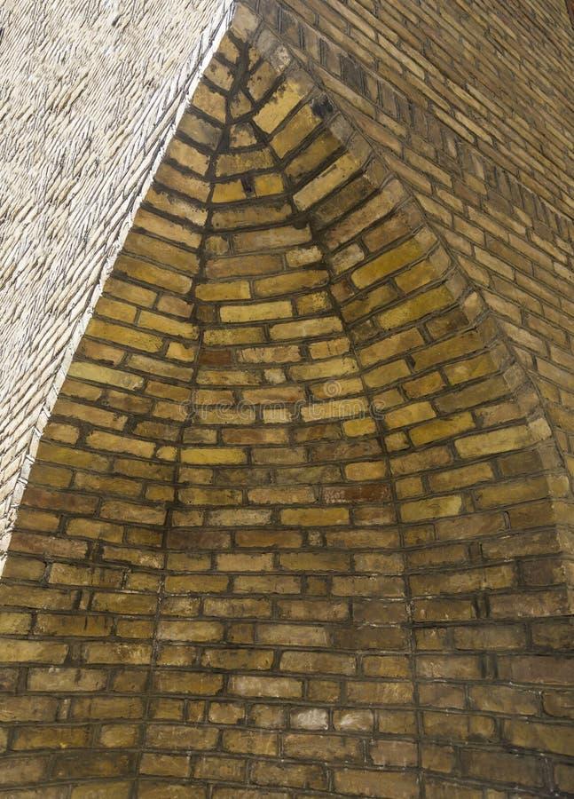 Stary architektoniczny kąt: Ruiny antyczny kąt budynek z łukiem obraz royalty free