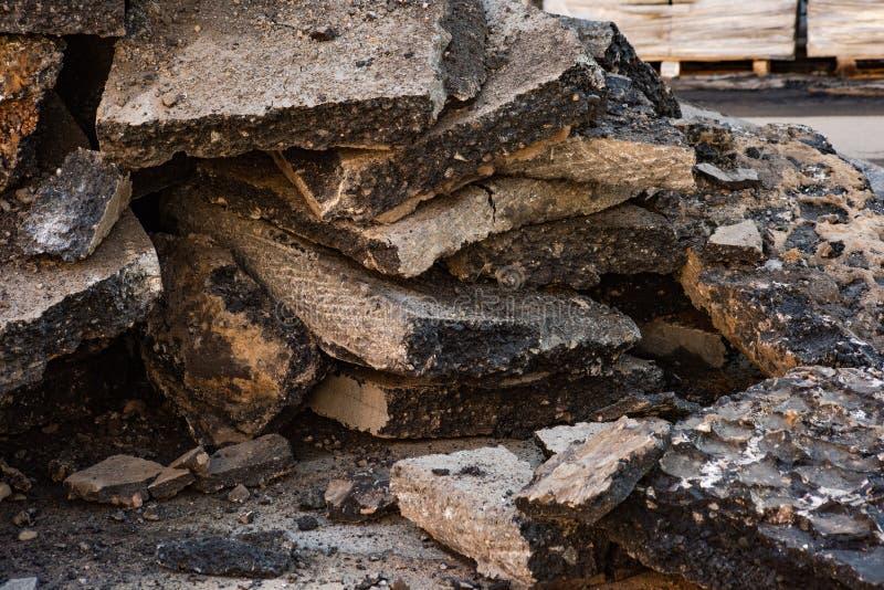 Stary asfalt usuwający od drogi obraz stock
