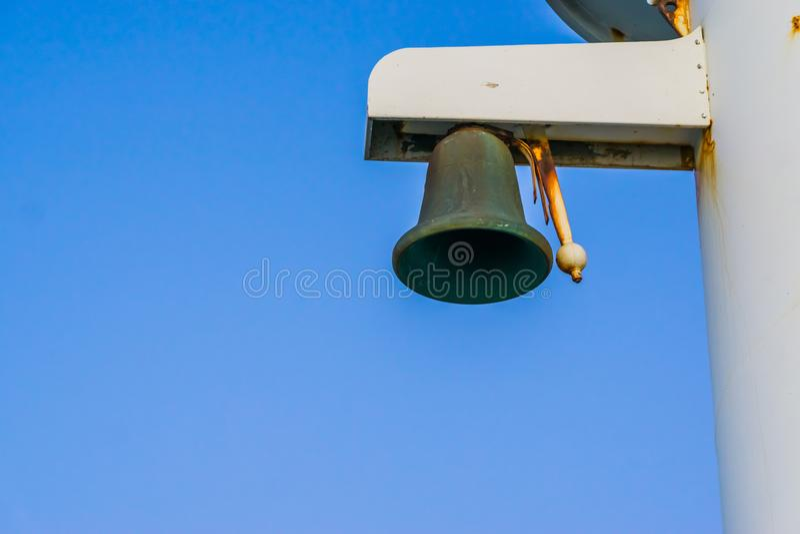 Stary automatyzujący dzwonkowy alarmowy system, rocznika schronienia sygnałowy wyposażenie, żeglarza tło zdjęcia stock
