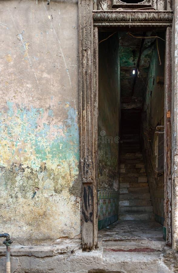Stary będący ubranym out drzwi w Hawańskim, Kuba obraz stock