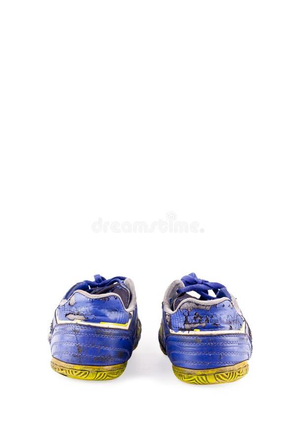 Stary będący ubranym za brudnych błękitnych futsal sportów butach na białego tła sportware futbolowym przedmiocie odizolowywający obraz royalty free