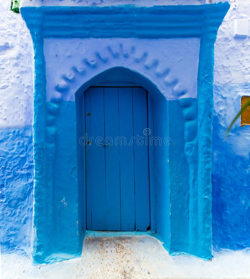 Stary błękitny drzwi na ulicie w Chefchaouen fotografia stock