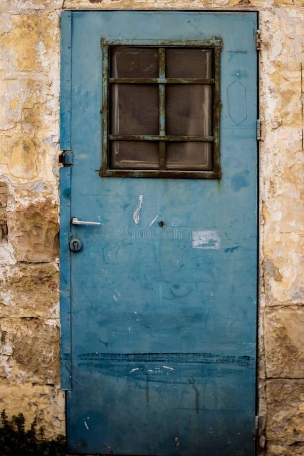 Stary błękitny metalu brudu drzwi z nadokiennymi i ośniedziałymi metali lockas piękny rocznika tło zdjęcie royalty free