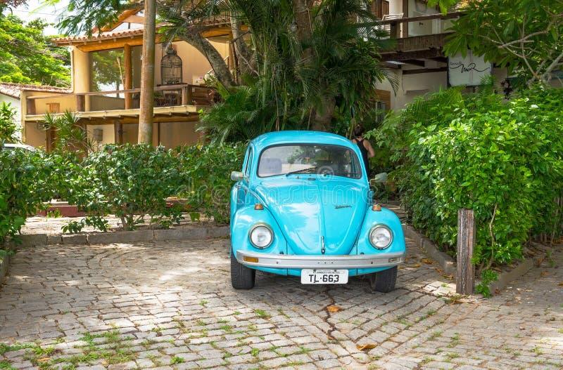 Stary błękitny wolkswagena typ - 1 ściga, parkująca w Buzios obrazy stock