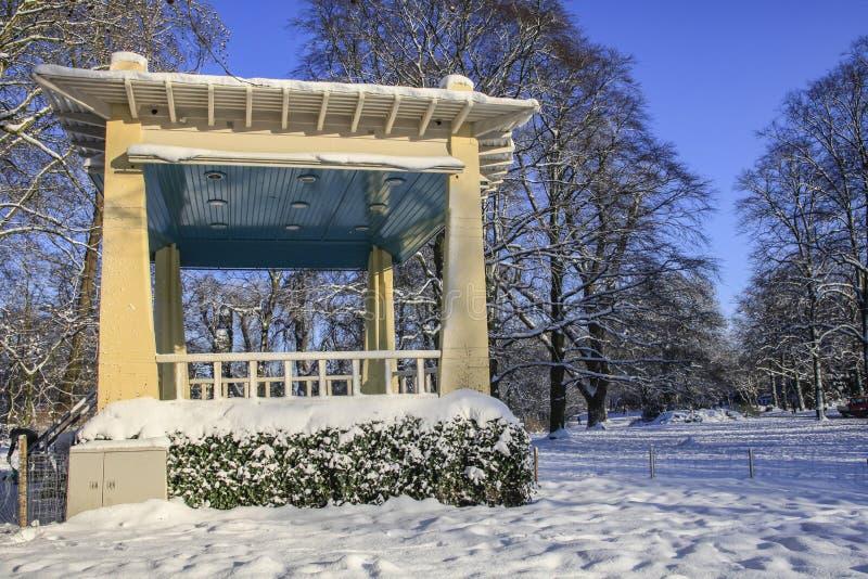 Stary bandstand w śniegu fotografia stock