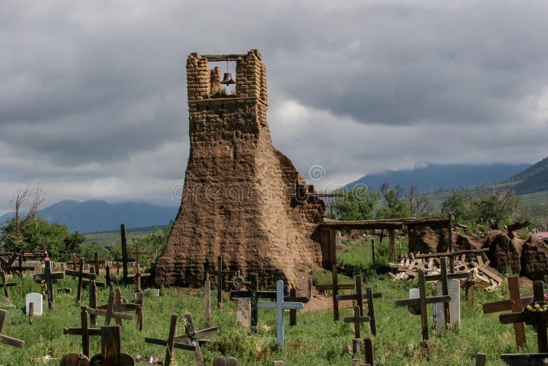 Stary belltower od San Geronimo kaplicy w Taos osadzie obraz stock