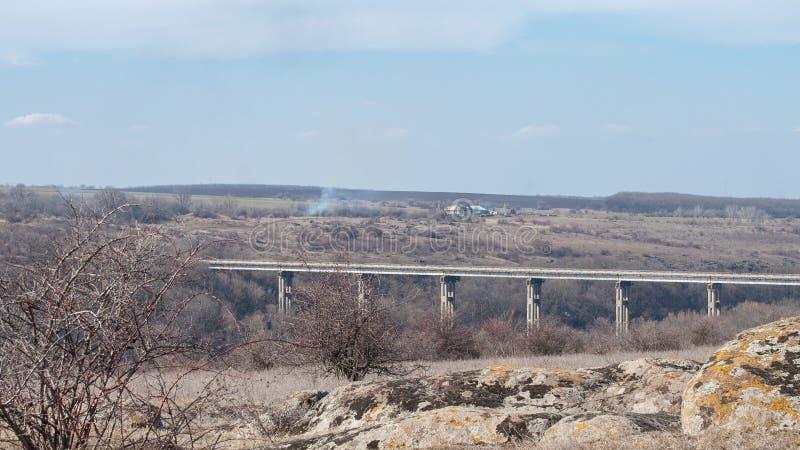 Stary betonu most nad granitowym jarem Krajobraz, Ukraina fotografia stock