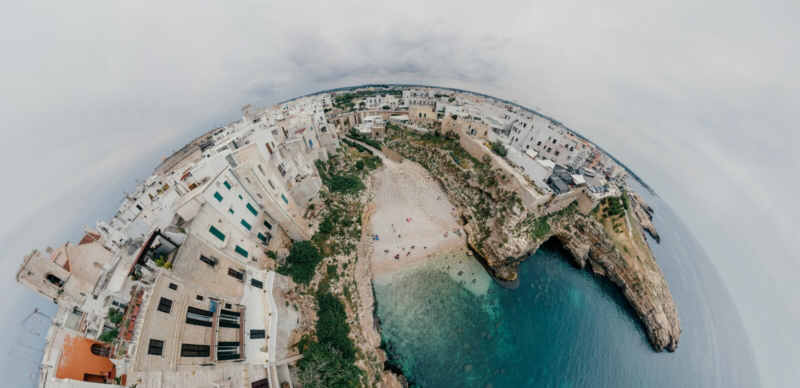 Stary biały miasto blisko błękita Denny Polignano Apulia linii brzegowej błękit w Włochy trutnia 360 vr zdjęcia stock