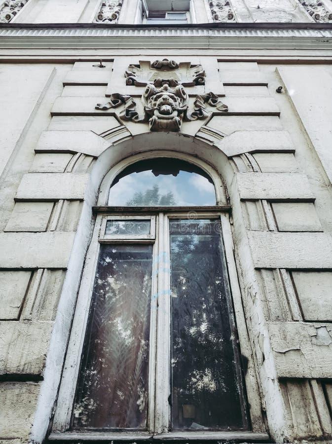stary biały okno z łukiem i stiukiem fotografia stock