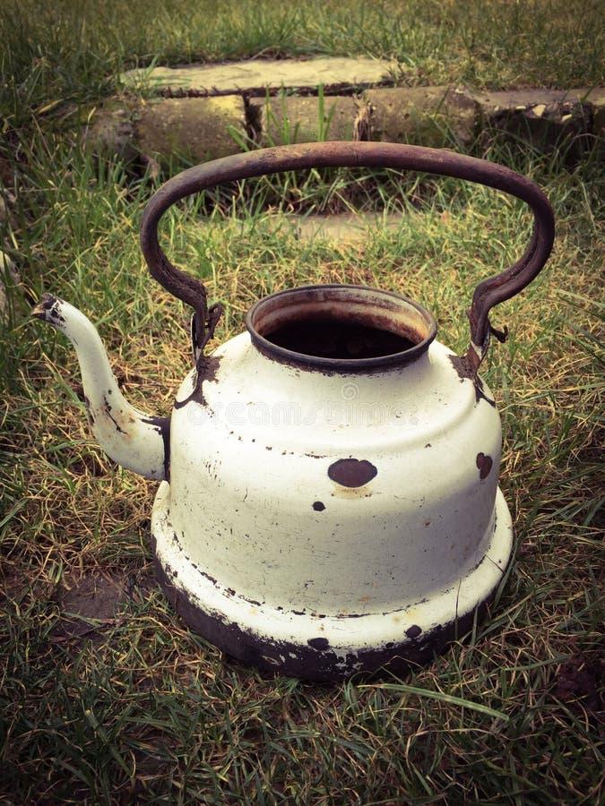 Stary biały powyginany czajnik na łące fotografia royalty free