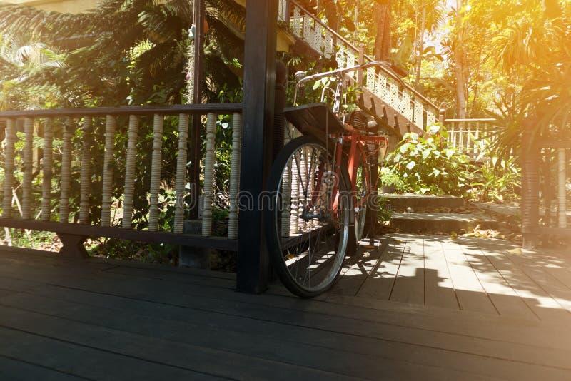 Stary bicykl na drewnianej podłoga rocznika dom i natury tło obraz royalty free