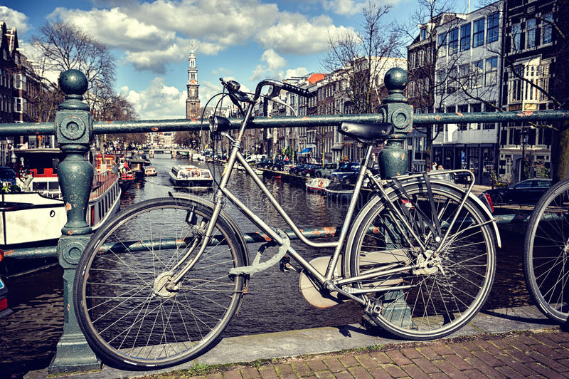 Stary bicykl na moscie. Amsterdam pejzaż miejski fotografia stock