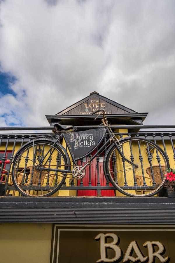 Stary bicykl przed pubem fotografia stock
