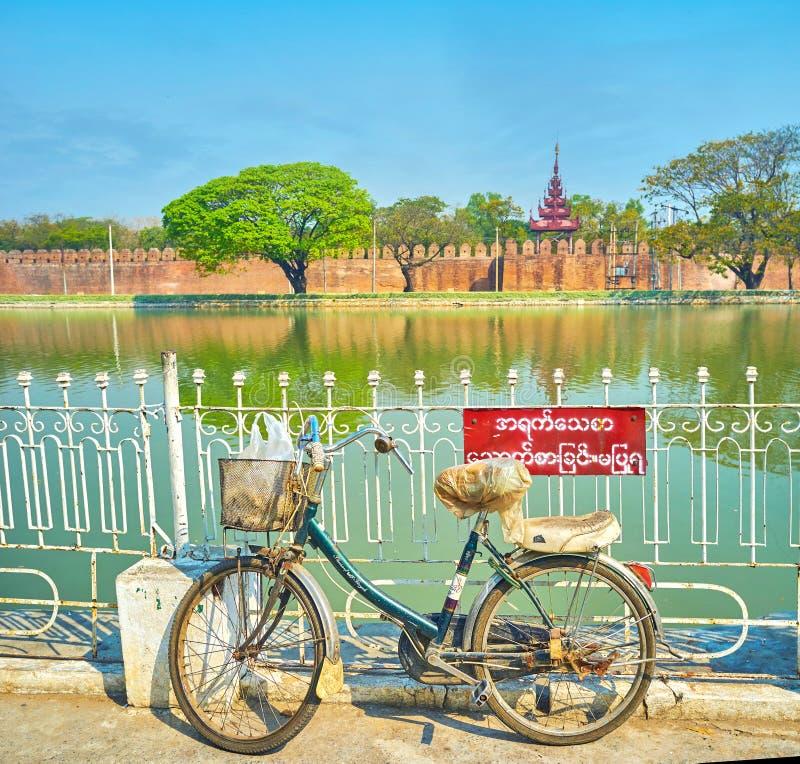 Stary bicykl przy ogrodzeniem fosa w Mandalay, Myanmar fotografia royalty free