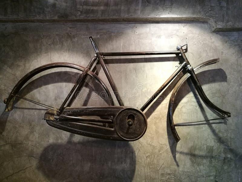 Stary bicykl ramy obwieszenie na ścianie obrazy stock