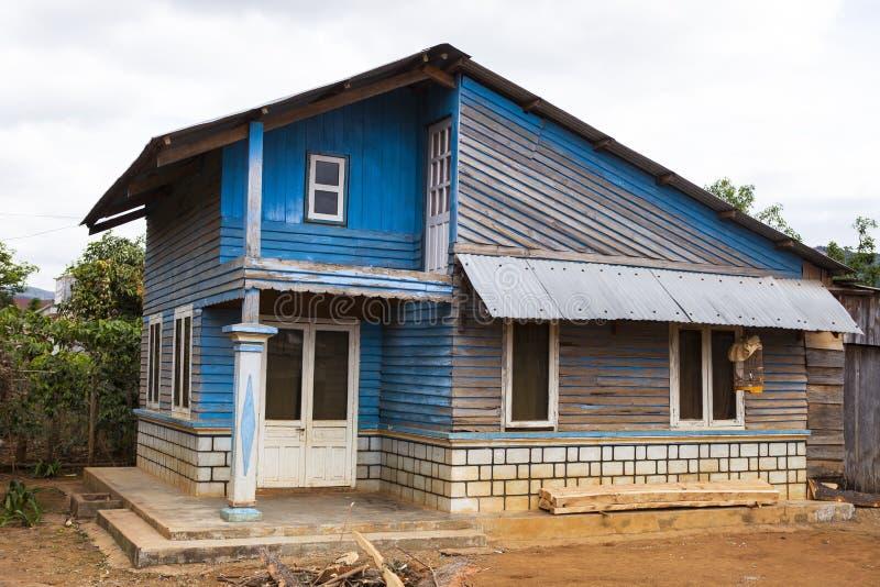 Stary biedny błękita dom blisko Da Lat w Wietnam fotografia stock