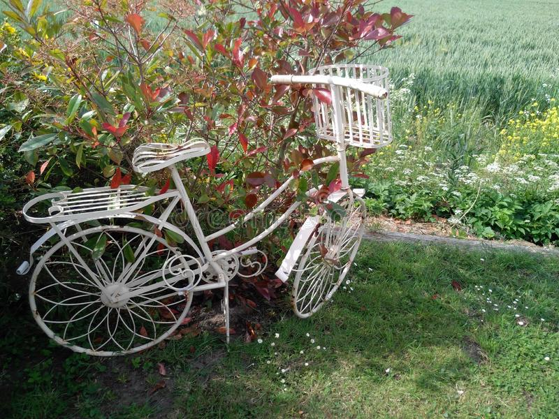 Stary biel malujący metalu bicykl obraz royalty free
