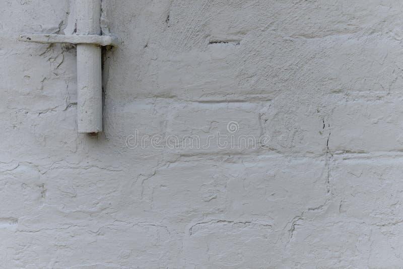 Stary biel z grubsza tworzył ścianę z cegieł malującą z białą farbą, zakończenie w górę, kopii przestrzeń obraz stock