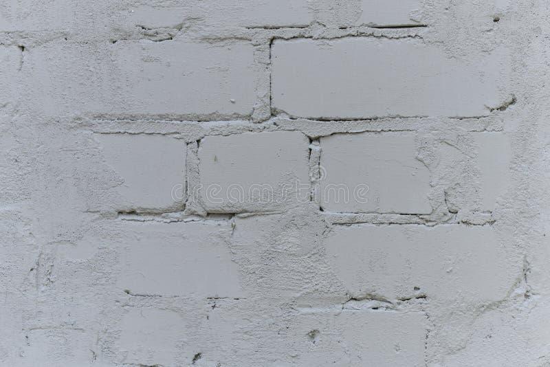 Stary biel z grubsza tworzył ścianę z cegieł malującą z białą farbą, zakończenie w górę, kopii przestrzeń fotografia royalty free