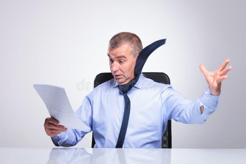 Stary biznesowy mężczyzna dmuchający daleko dokumentami zdjęcie royalty free