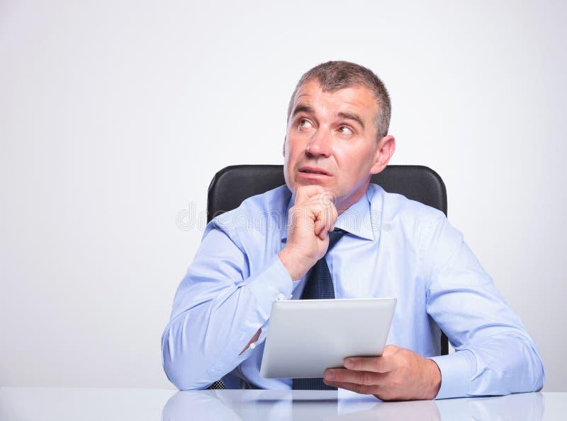 Stary biznesowy mężczyzna marzy z pastylką w ręce zdjęcie stock