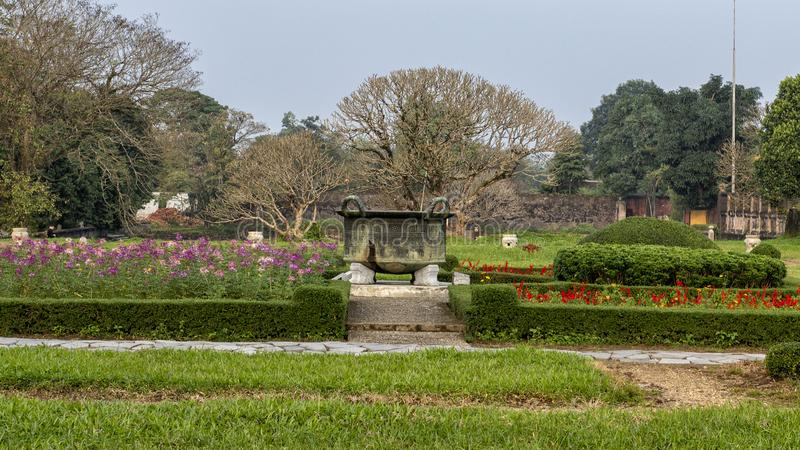 Stary brązowy kocioł w ogródzie Niedozwolony miasto, Cesarski miasto wśrodku cytadeli, odcień, Wietnam obraz royalty free