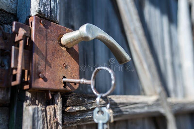 Stary brama kędziorek z ogromnym kluczem zamkniętym w górę strzału zdjęcie royalty free