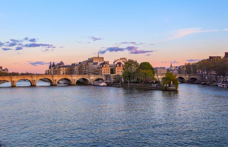 Stary bridżowy Pont Neuf przez wonton rzekę i historycznych budynki Paryski Francja przy zmierzchem Kwiecie? 2019 obrazy royalty free
