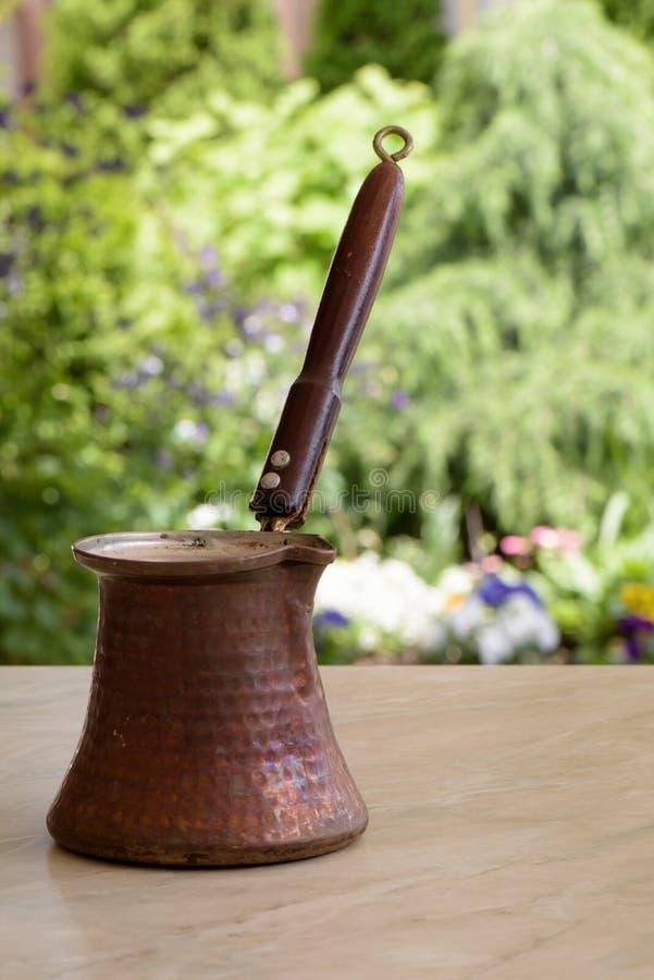 Stary brown kawowy garnek z drewnianą rękojeścią fotografia stock