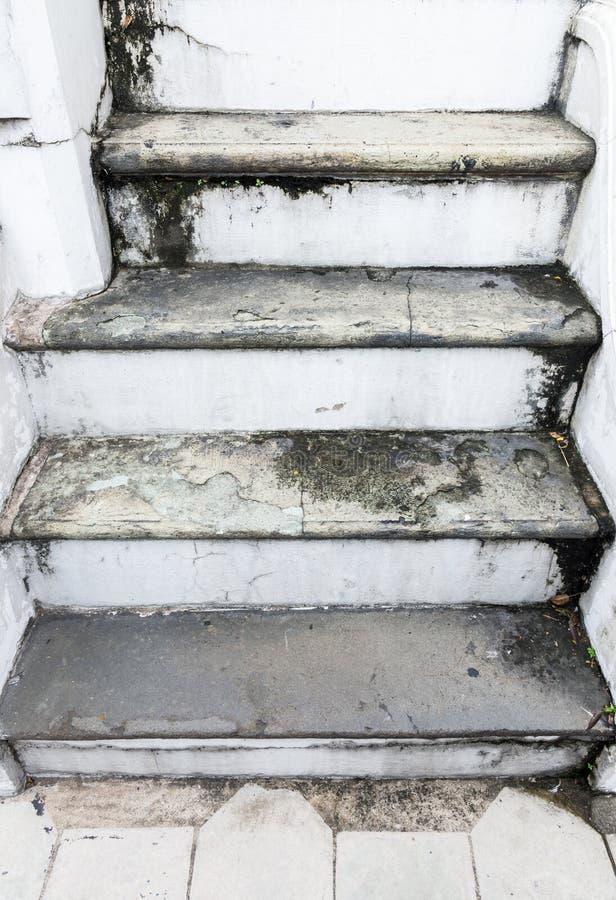 Stary brudny schody z liszaj plamą fotografia royalty free