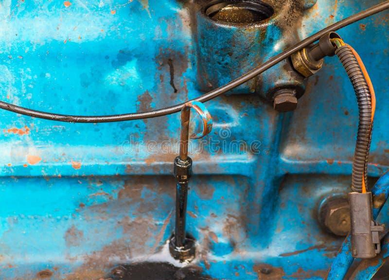 Stary brudny silnik diesla na ciężarówce parowozowy pokój stary samochód obrazy royalty free
