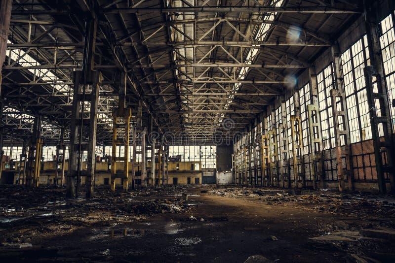 Stary brudzi łamanego rujnującego zaniechanego budynek lub magazyn, ruiny przemysłowa fabryka obraz stock