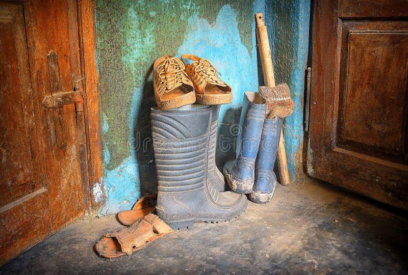 Stary brudzi buty w wioska korytarzu zdjęcia stock