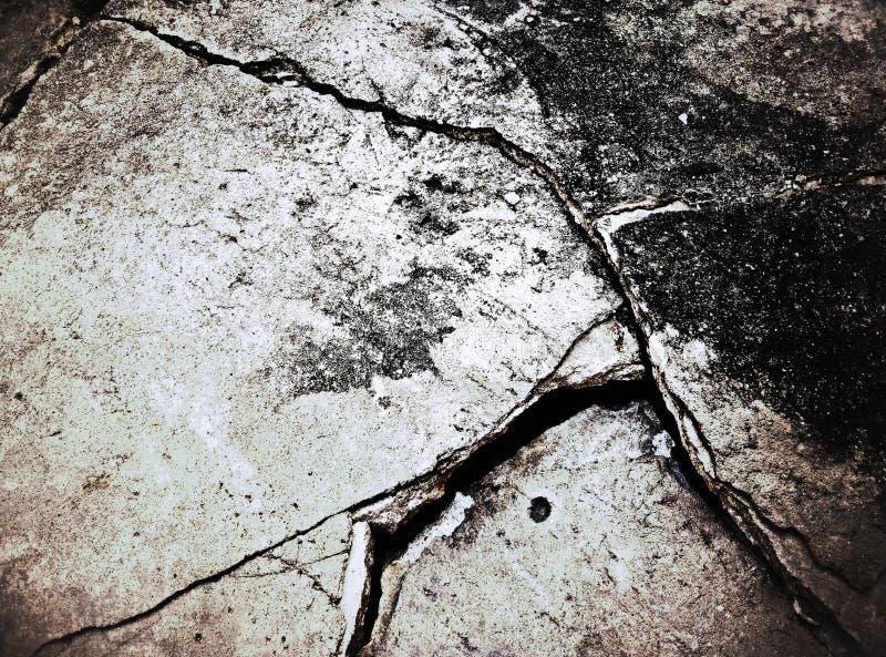 Stary brudzi krakingowej betonowej podłoga obrazy royalty free