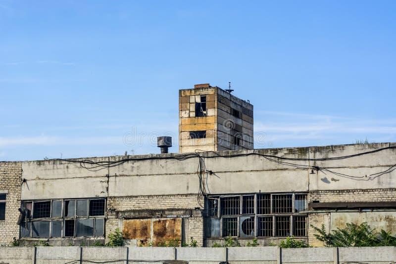 Stary budynek bloki i biała cegła z łamanymi okno fotografia royalty free