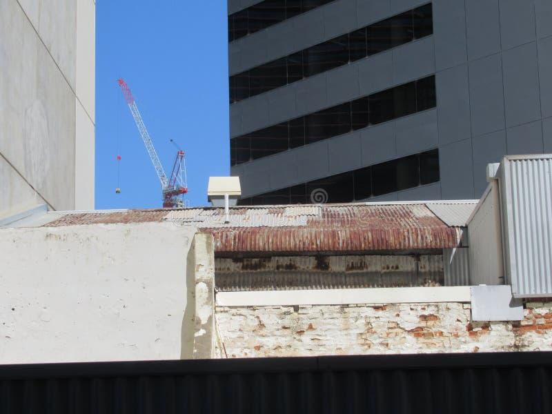 Stary budynek między biurem i budowa żurawiem góruje zdjęcie royalty free