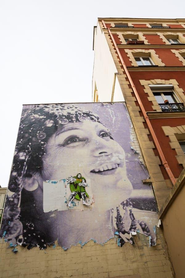Stary budynek z starym kinowym plakatem w Belleville, Paryż zdjęcia royalty free