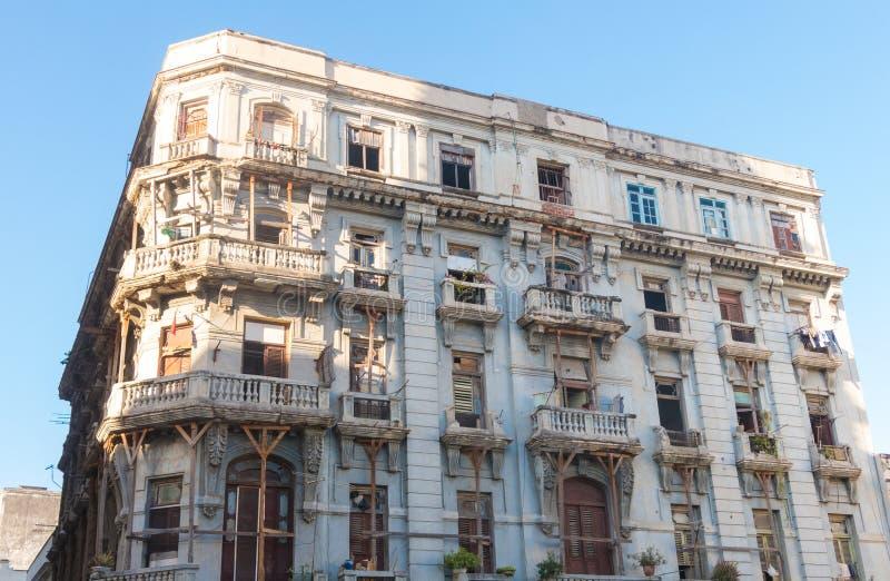 Stary budynku czekanie dla swój przywrócenia w Stary Hawańskim Kuba zdjęcie royalty free