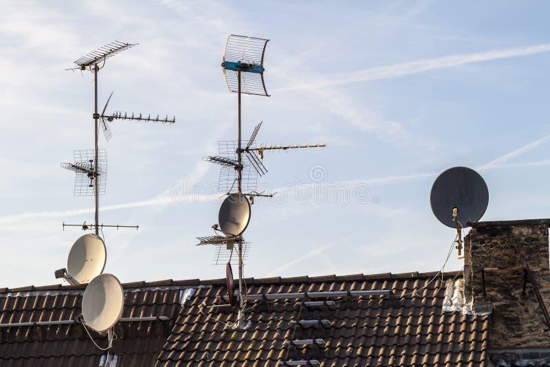 Stary budynku dach z wiele różny typ odbiorca telecommunic fotografia stock
