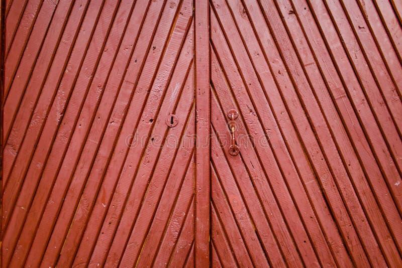 Stary Burgundy drewniany drzwi z rękojeści i keyhole tekstury zakończeniem fotografia stock