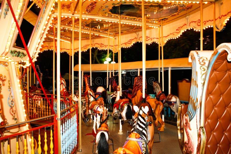 Stary carousel z koniami i innymi zwierzętami w parku rozrywkim Francisco bay bridge ca nocy razem San Karuzela z koniami obraz royalty free