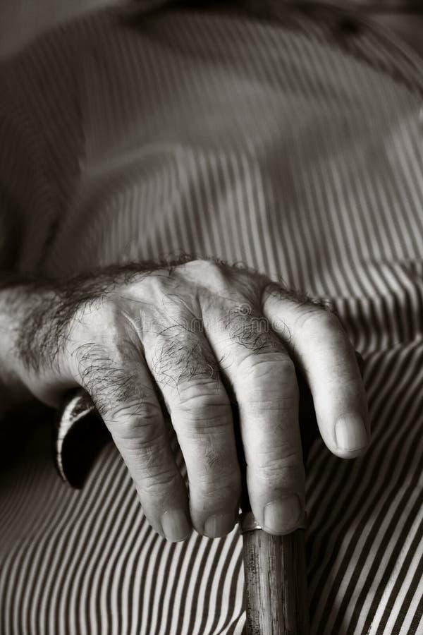 Stary caucasian mężczyzna z chodzącym kijem obrazy stock