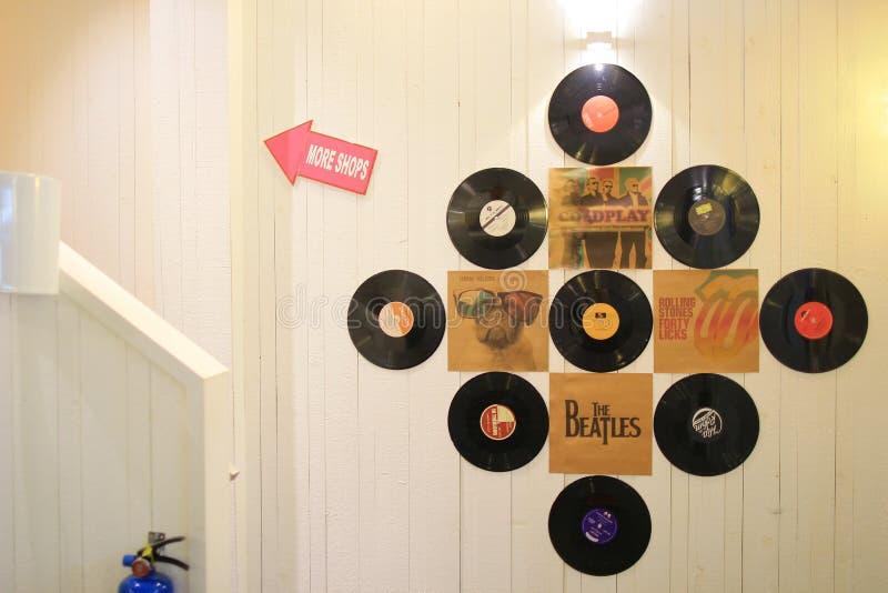 stary cd na ścianie z plecy ziemią zdjęcie stock
