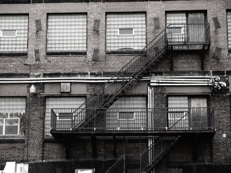 Stary ceglany okno z szkłem i schodkami zdjęcia royalty free