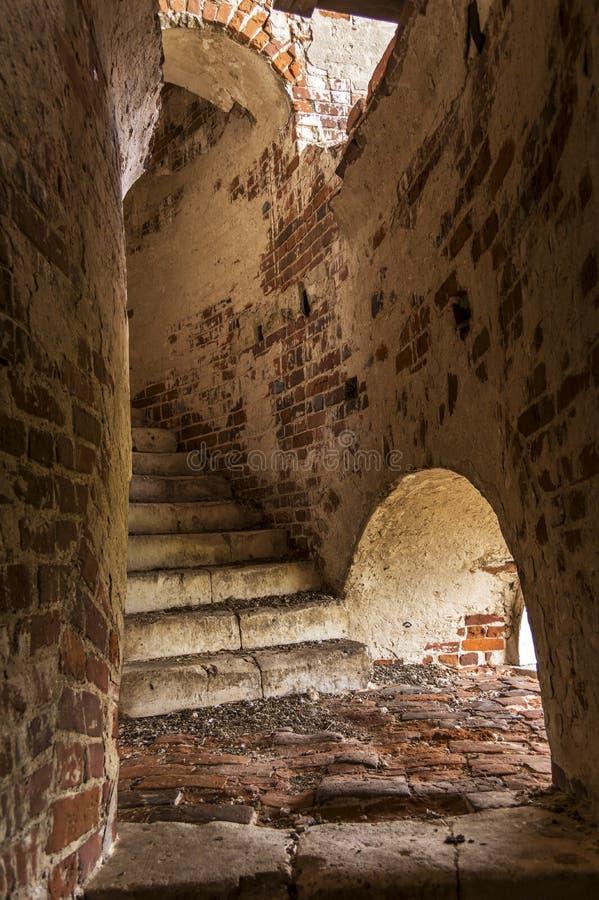 Stary ceglany schody w dzwonkowy wierza ?wiat?o od otwartego okno fotografia stock
